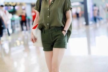 俞飞鸿48岁仍旧自傲军绿色衬衫配超短裤大步流星充溢气场