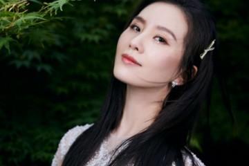 刘诗诗留黑长直的发型穿一条白色的连衣裙浪漫又高雅美腻了